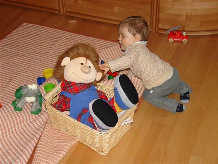 Willi spielt mit Felix