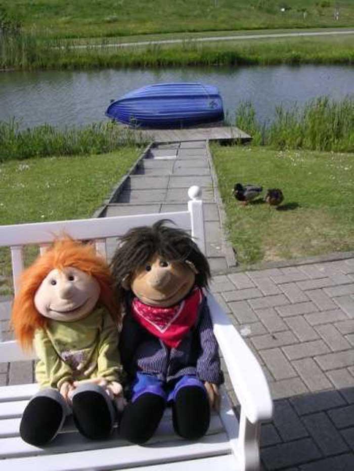 Jimmi und Lucy auf der Bank